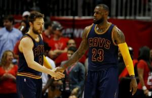Matthew Dellavedova e LeBron James.