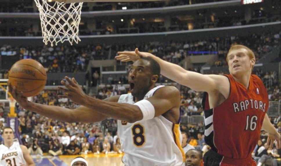 Bryant marcato stretto da Matt Bonner.