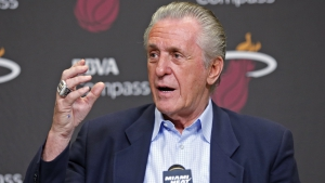 Pat RIley, GM dei Miami Heat, in conferenza stampa