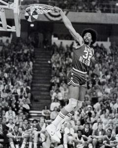La schiacciata staccando dalla linea del tiro libero, ASG 1976 Doctor J