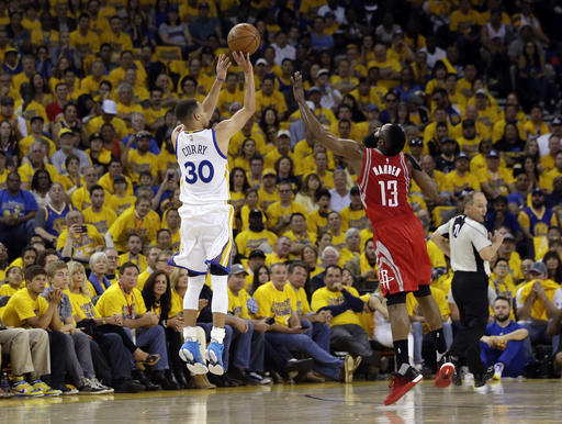 calendario NBA Golden State Warriors' Stephen Curry (30) makes a 3-point basket over Houston Rockets' James Harden (13) during the first half in Game 1 of a first-round NBA basketball playoff series Saturday, April 16, 2016, in Oakland, Calif. (AP Photo/Marcio Jose Sanchez)