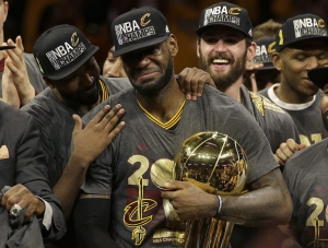 LeBron James stringe il primo Larry O'Brien Trophy della storia dei Cavs