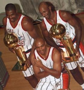 Olajuwon, Drexler e (davanti) Barkley, con le nuove divise e i due titoli vinti