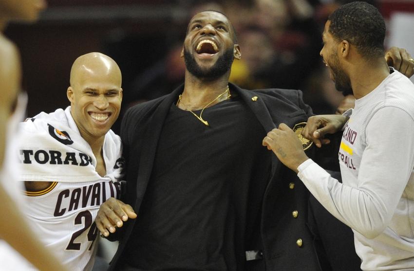 Jefferson, Thompson e James che scherzano durante una partita.
