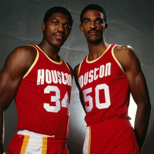 Hakeem Olajuwon (#34) e Ralph Sampson, le Twin Towers dei Rockets