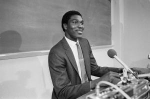 Un giovanissimo Hakeem Olajuwon