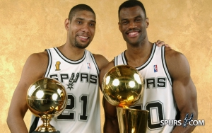 Le Twin Towers dopo le FInals 2003: Duncan con il premio di MVP delle finali, Robinson con il Larry O'Brien Trophy