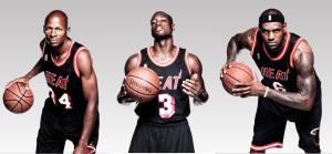 Da sinistra: Ray Allen, Dwyane Wade e LeBron James con le divise storiche dei Miami Heat