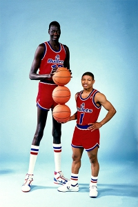 Manute Bol (231 cm) e Muggsy Bogues (160 cm), la strana coppia dei Washington Bullets