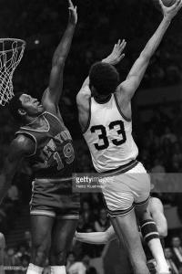 Alcindor esegue il celeberrimo skyhook contro Wilis Reed (New York Knicks)