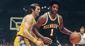Oscar Robertson (Milwaukee) marcato da Jerry West (L.A. Lakers)