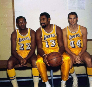 I 'Big Three' dei Lakers: Elgin Baylor (#22), Wilt Chamberlain (#13) e Jerry West (#44)