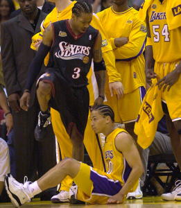 NBA Finals 2001: 'The Answer' scavalca Tyronn Lue (Lakers) dopo averlo mandato a terra con un leggendario crossover
