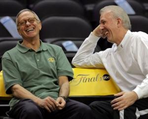 Larry Brown (a sinistra) scherza con l'amico e avversario Gregg Popovich durante le NBA Finals 2005