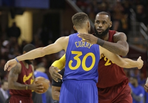 Il saluto fra Stephen Curry e LeBron James prima della sfida natalizia tra Warriors e Cavs