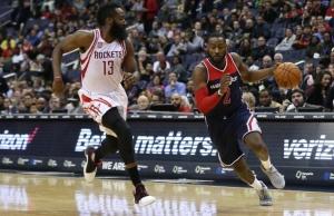 James Harden 'difende' contro John Wall. I due hanno trascinato Rockets e Wizards al secondo turno di playoff