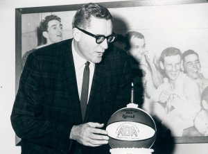 Il primo commissioner ABA, George Mikan, con il pallone tricolore