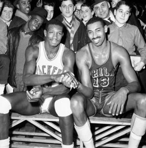 Walt Bellamy (a sinistra) e Wilt Chamberlain, tra i grandi protagonisti della leggendaria stagione 1961/62