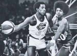 Thompson con il pallone tricolore della ABA