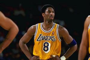 Il giovane Kobe con la maglia numero 8 dei Lakers