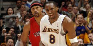 Uno smarrito Jalen Rose osserva un onnipotente Kobe Bryant