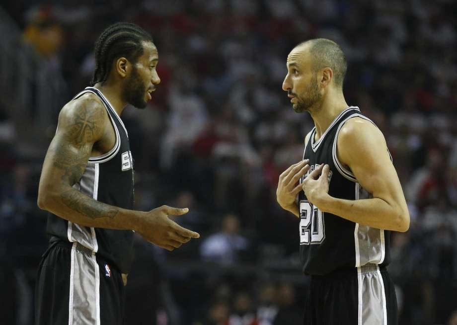 Momento delicato per gli Spurs di Kawhi Leonard (a sinistra) e Manu Ginobili