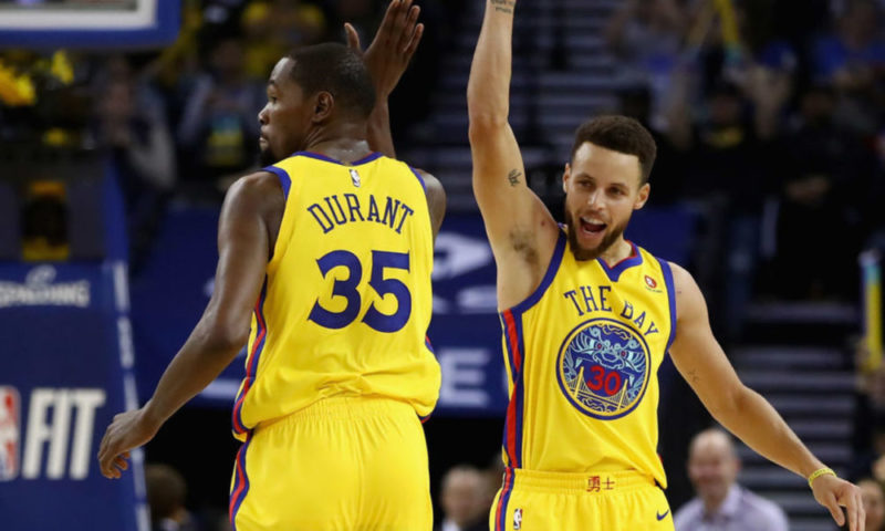Playoffs NBA Streaming, Kevin Durant con Curry esulta