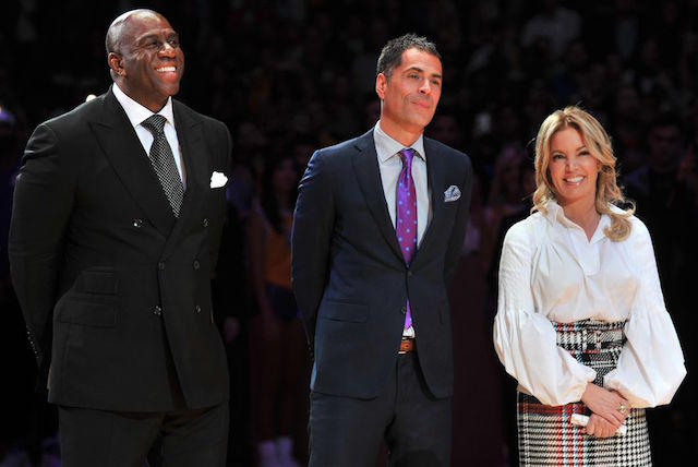Magic e Pelinka-Magic Johnson, Rob Pelinka and Jeanie Buss