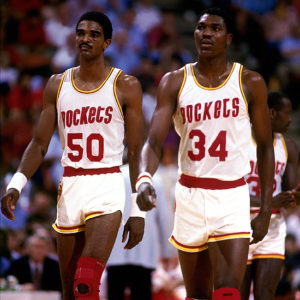 Ralph Sampson (a sinistra) e Hakeem Olajuwon, le 'Twin Towers' di Houston negli Anni '80