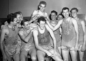 George Mikan festeggiato dal resto dei grandi Minneapolis Lakers