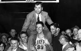 George Mikan porta in spalla coach John Kundla dopo l'ennesimo trionfo dei Minneapolis Lakers