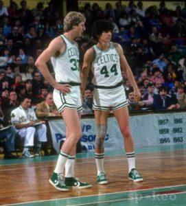 Maravich e il rookie Larry Bird con la maglia dei Boston Celtics