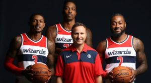 Gli Washington Wizards versione 2018/19. Bradley Beal (#3), Dwight Howard (#21) e John Wall (#2) intorno a coach Scott Brooks