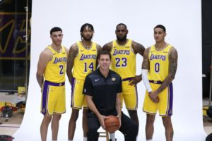 I nuovi Lakers 2018/19. Lonzo Ball (#2), Brandon Ingram (#14), LeBron James (#23) e Kyle Kuzma (#0) dietro a coach Luke Walton