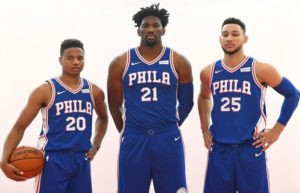 Markelle Fultz (#20), Joel Embiid (#21) e Ben Simmons (#25), i giovanissimi 'Big Three' dei Sixers 2018/19