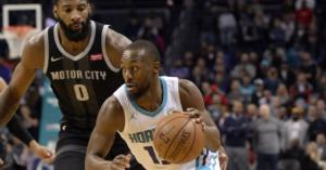 Andre Drummond (Pistons, a sinistra) e Kemba Walker (Hornets)