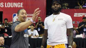 Tyronn Lue e il suo ex-allenatore, LeBron James. No, scusate...