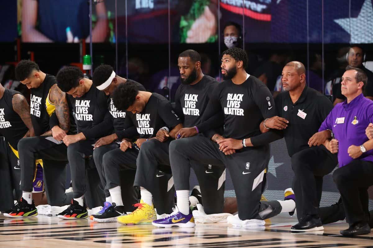 """Lakers-Clippers, squadre inginocchiate durante l'inno: """"Decisione ..."""